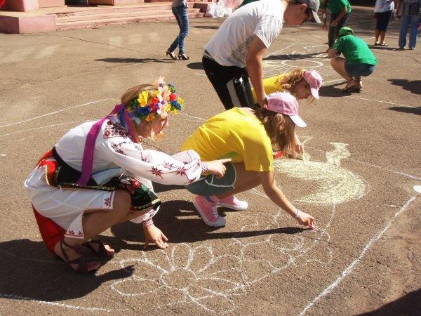 В Кривом Роге воспитанники приютов соревновались в конкурсе рисунков на асфальте (ФОТО), фото-1
