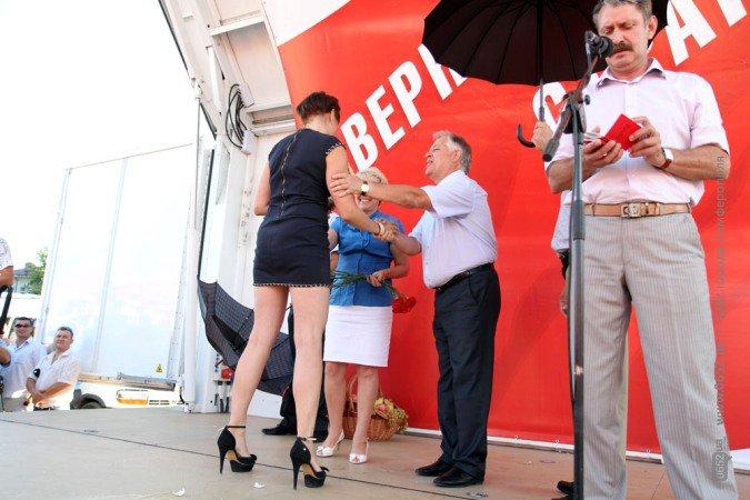 Симоненко в центре Симферополя целовался с симпатичными партийками (фото), фото-2