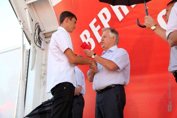 Симоненко в центре Симферополя целовался с симпатичными партийками (фото), фото-1