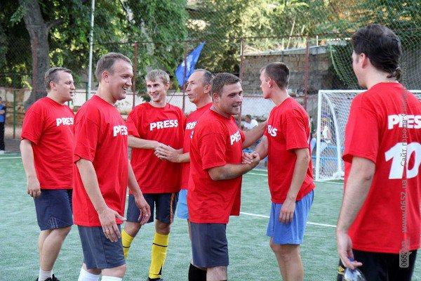 В Симферополе кандидаты в нардепы гоняли мяч вместе с журналистами (фото), фото-2