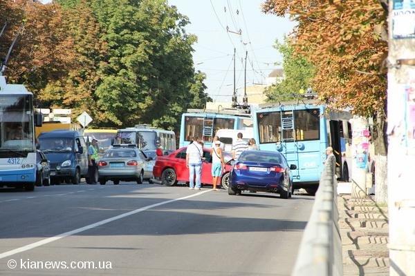 В центре Симферополя иномарка врезалась в троллейбус (фото), фото-1