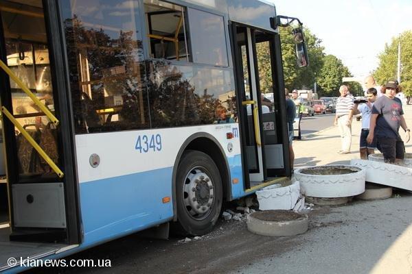 В центре Симферополя иномарка врезалась в троллейбус (фото), фото-2