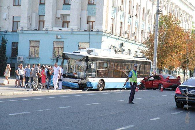 Водитель иномарки, врезавшейся в троллейбус, серьезно травмирован (фото), фото-1