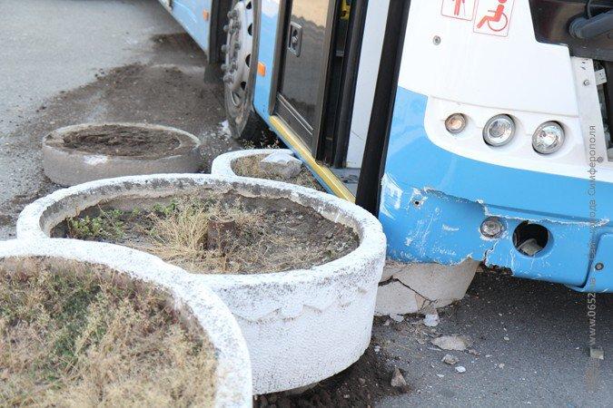 Водитель иномарки, врезавшейся в троллейбус, серьезно травмирован (фото), фото-2