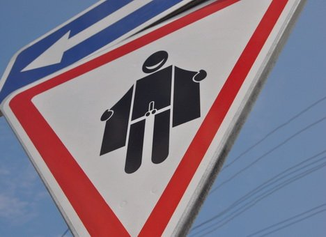В Днепропетровске убрали знак эксгибиционисту, фото-1
