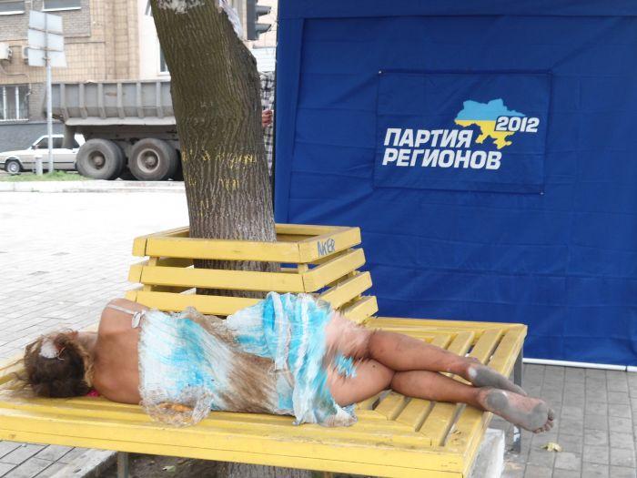 Мариупольская милиция не знает, кто поселился у агитационной палатки Партии регионов (ФОТО), фото-1