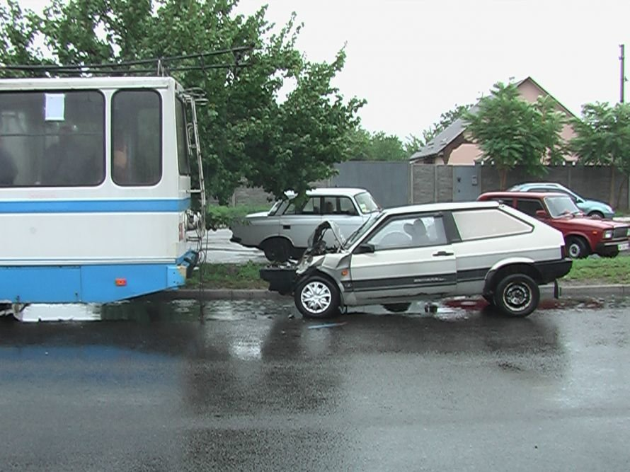 В Днепропетровске уснувший водитель протаранил троллейбус (ФОТО), фото-1