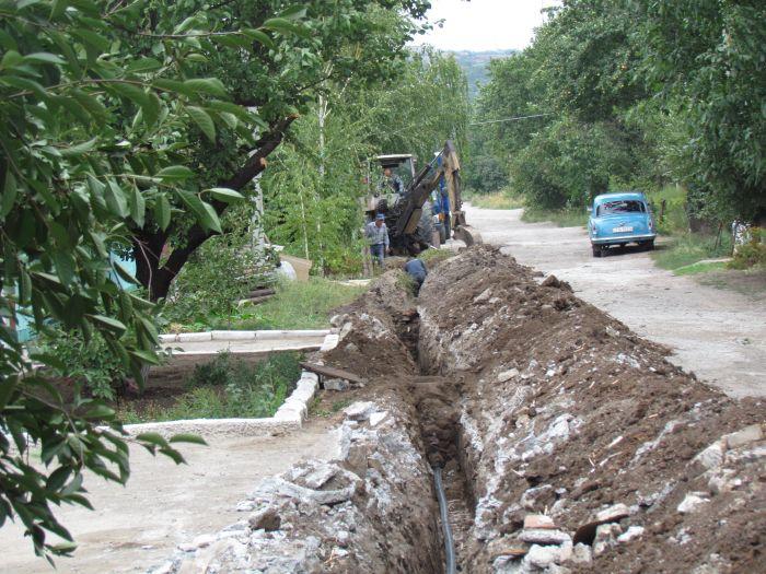 В частном секторе Мариуполя меняют старые трубы на пластик (ФОТО), фото-1