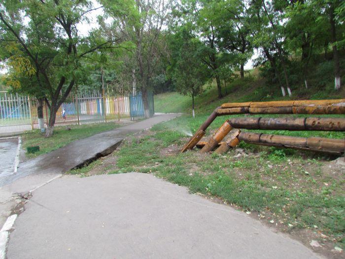 В Мариуполе у школы бьет фонтан (Фотофакт), фото-2