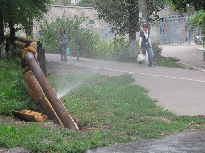 В Мариуполе у школы бьет фонтан (Фотофакт), фото-4