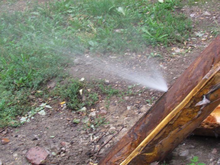 В Мариуполе у школы бьет фонтан (Фотофакт), фото-3