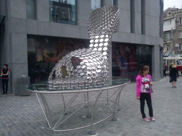 «Чей туфля?» В центре Днепропетровска стоит огромная туфелька из кастрюль (ФОТО), фото-1