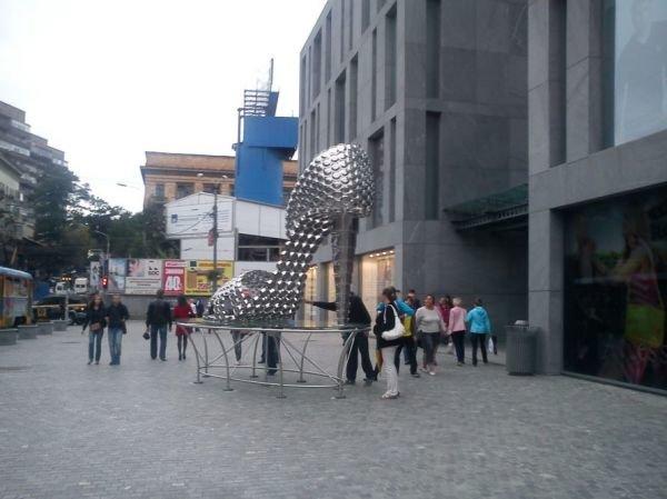 «Чей туфля?» В центре Днепропетровска стоит огромная туфелька из кастрюль (ФОТО), фото-5