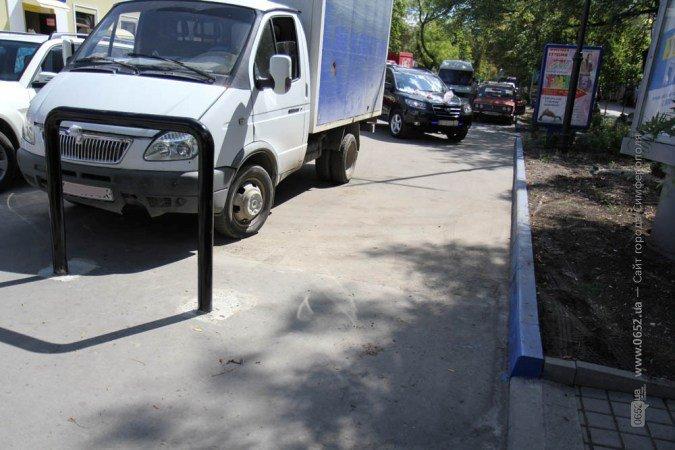 Проезд по центру Симферополя заблокировали металлическим забором (фото), фото-1