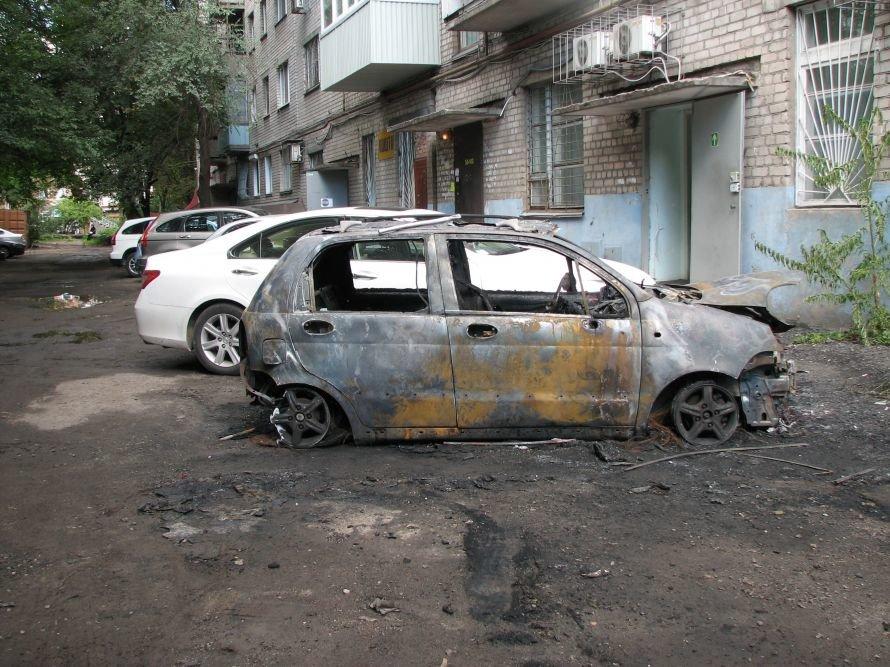 В Днепропетровске за ночь сожгли два автомобиля В. Кузьмина (ФОТО), фото-1