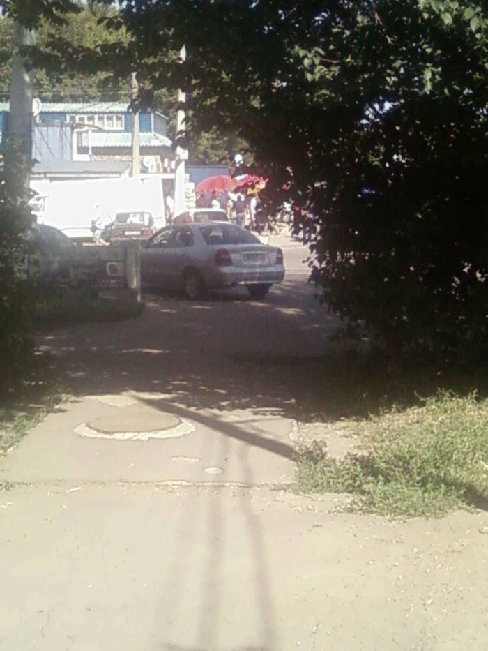Непорядок: на Левобережье пешеходный переход превратили в стоянку такси (ФОТО), фото-2