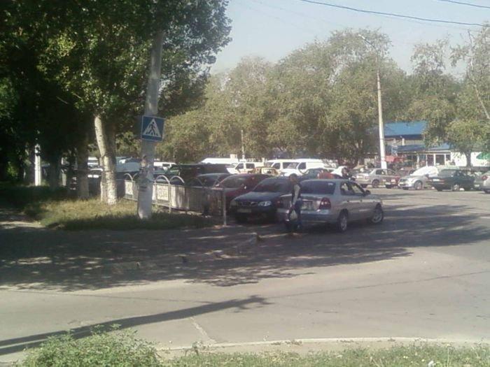 Непорядок: на Левобережье пешеходный переход превратили в стоянку такси (ФОТО), фото-1