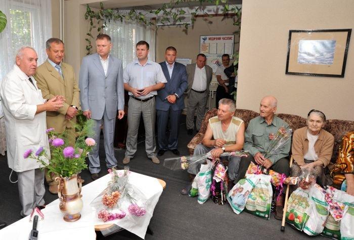 Мариупольским ветеранам подарили лекарства и еду (ФОТО), фото-1
