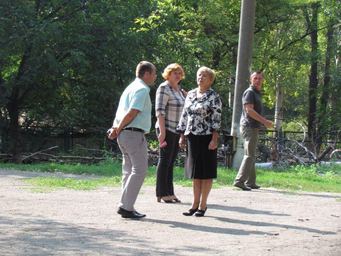 В Мариуполе педагоги отправили на щепу около 600 деревьев (ФОТО), фото-5
