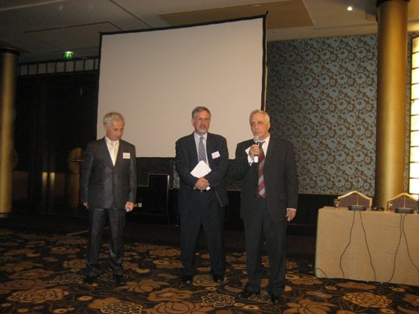 Доклад - Анатолий Гендин (справа), Уолтер Руби (переводит) и Айдер Булатов