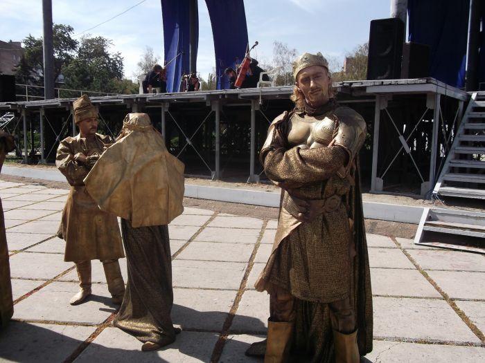 Львов поразил мариупольцев живыми статуями (ФОТО), фото-1