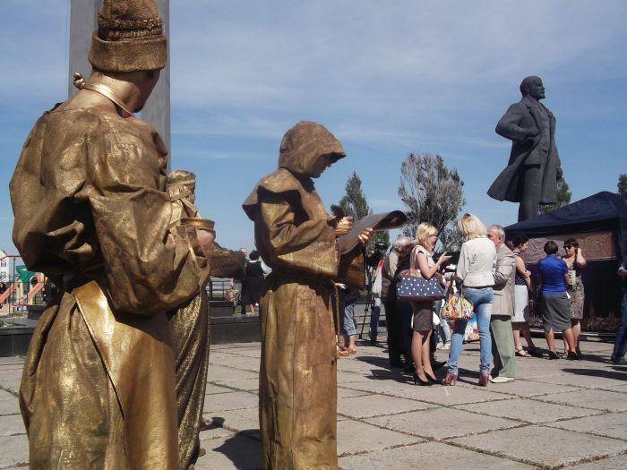 Львов поразил мариупольцев живыми статуями (ФОТО), фото-2