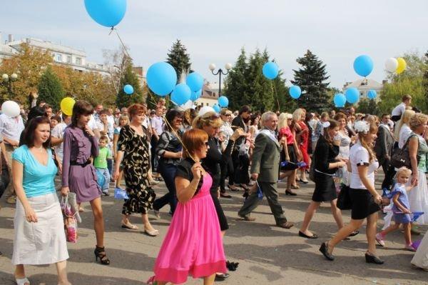 Театрализованное шествие на День города Артемовска: много шаров, танцев и агитации, фото-1