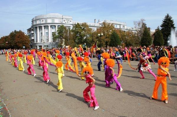 Театрализованное шествие на День города Артемовска: много шаров, танцев и агитации, фото-3
