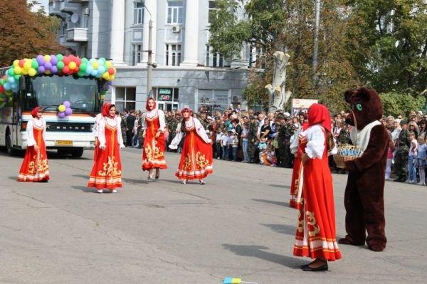 Театрализованное шествие на День города Артемовска: много шаров, танцев и агитации, фото-2