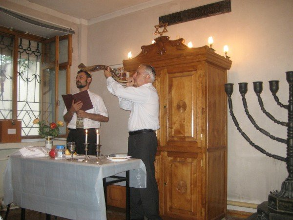 Anatoliy Gendin blows the Shofar