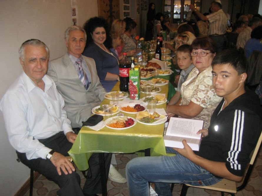 Ayder Bulatov and his wife, grandson, and a representative of the youth in the party at the synagogue at Ner-Tamid Anatoliy Gendin on holiday Rosh a Shana