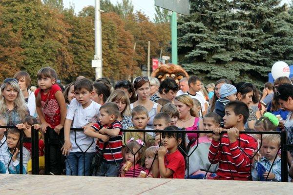 «Веселый сентябренок» на площади Победы: куклы-великаны, мороженое и почти сотня детишек-поэтов, фото-1