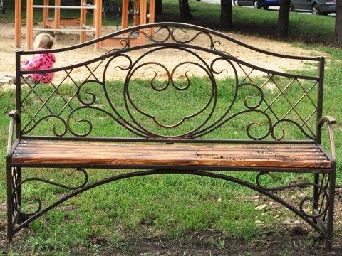 В Горловке рядом с «Сердцами влюбленных» установлены скамейки и металлические кольца, фото-1