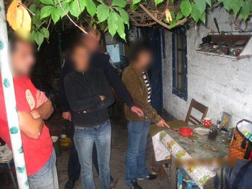 В Мариуполе роковая женщина проткнула ножом очередного любовника, а тот откусил ей часть уха (ФОТО), фото-1