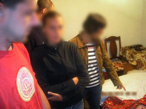 В Мариуполе роковая женщина проткнула ножом очередного любовника, а тот откусил ей часть уха (ФОТО), фото-3