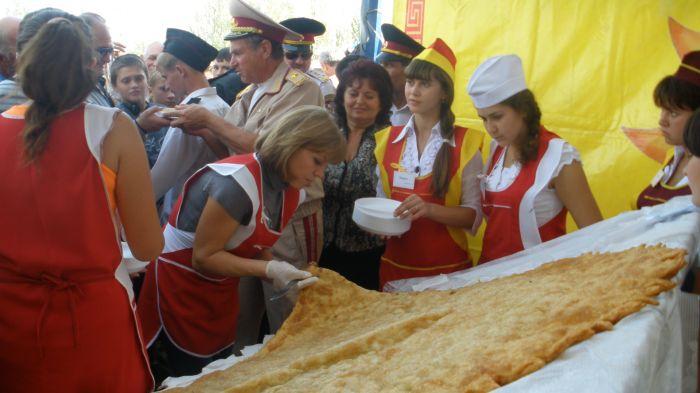 Под Мариуполем изготовили гигантский чебурек - самый большой в Украине (ФОТО), фото-1