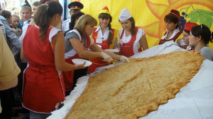 Под Мариуполем изготовили гигантский чебурек - самый большой в Украине (ФОТО), фото-2