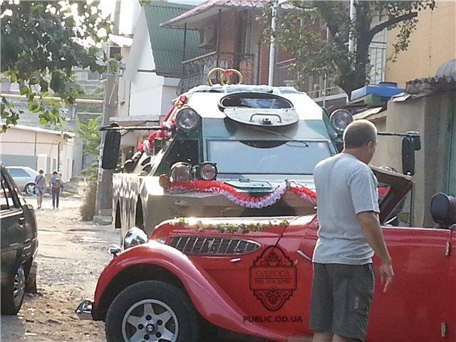 Одесские молодожены приехали в ЗАГС на броневике (Фотофакт), фото-1