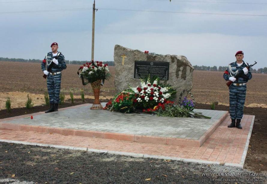На месте, где от руки килера Дикаева были расстреляны беркутовец Коженко и ГАИшник Розмарица, открыли памятный знак, фото-6