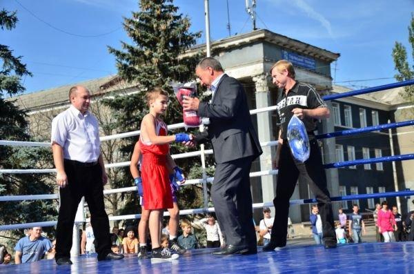Дружеские бои: юные боксеры показали мастерство на центральной площади Горловки, фото-1