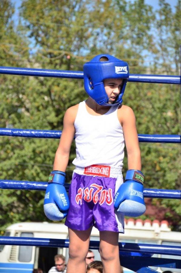 Дружеские бои: юные боксеры показали мастерство на центральной площади Горловки, фото-3