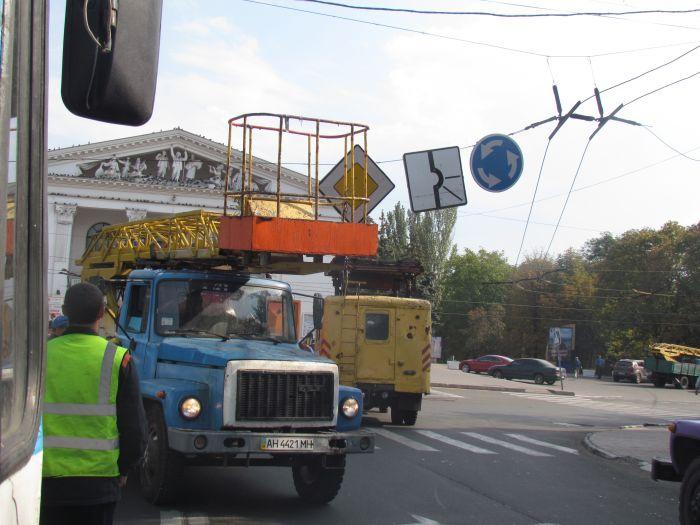 В центре Мариуполя парализовано движение: стоят троллейбусы (ФОТО), фото-2