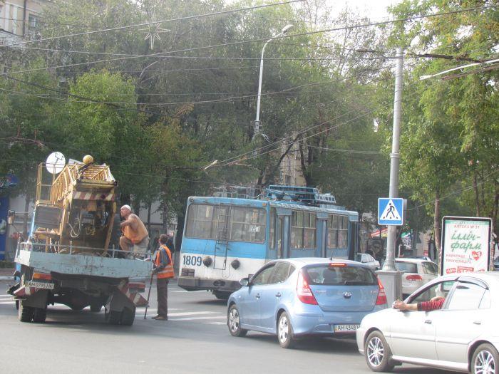 В центре Мариуполя парализовано движение: стоят троллейбусы (ФОТО), фото-3