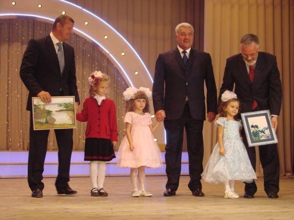 Кандидат в депутаты Сергей Клюев поздравил учителей Артемовска и Артемовского района, фото-4