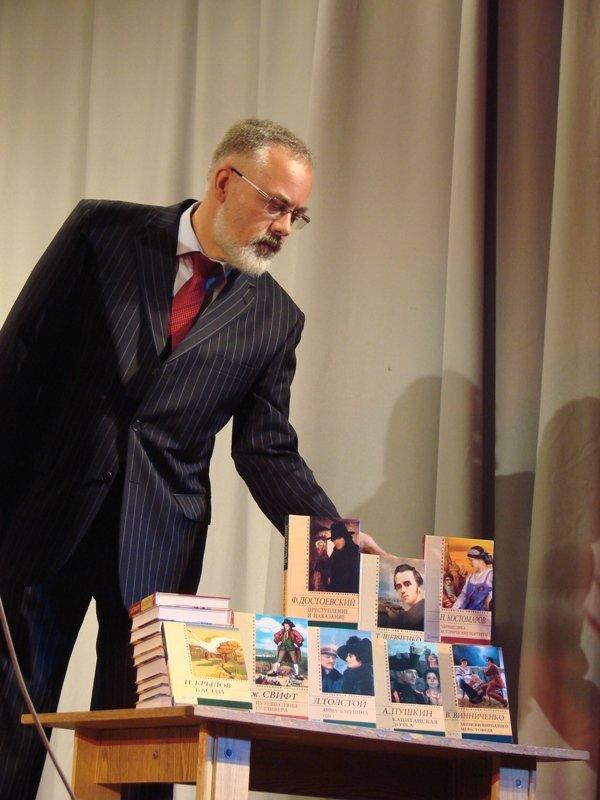Кандидат в депутаты Сергей Клюев поздравил учителей Артемовска и Артемовского района, фото-2