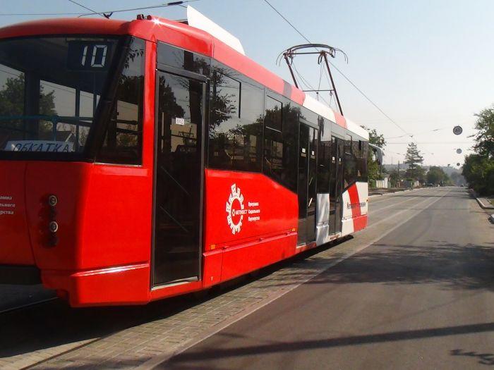 В  Мариуполе обкатывают новенький трамвай, подаренный городу «Метинвестом» (Фотофакт), фото-3