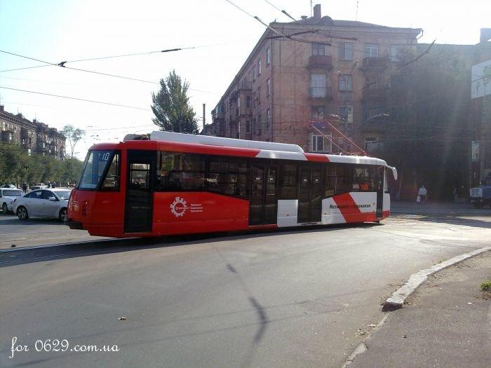 В  Мариуполе обкатывают новенький трамвай, подаренный городу «Метинвестом» (Фотофакт), фото-2
