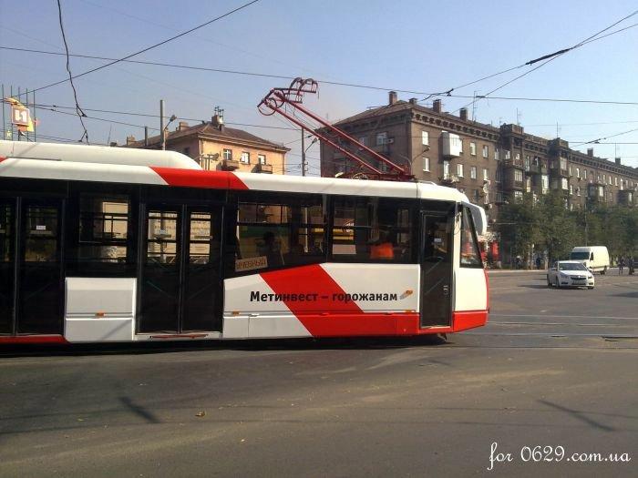 В  Мариуполе обкатывают новенький трамвай, подаренный городу «Метинвестом» (Фотофакт), фото-1