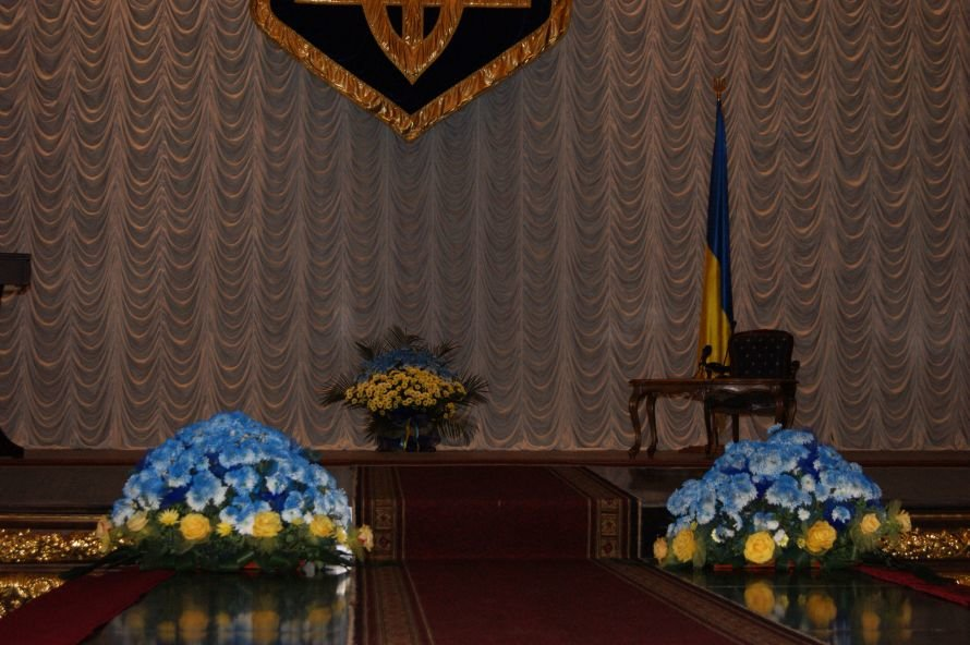 Фотоприкол: Азарова встретили в Одессе покрашенными цветами, фото-1