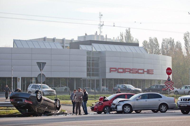 В Днепропетровске «Тойота» совершила кульбит напротив центра «Тойота» (ФОТО), фото-1
